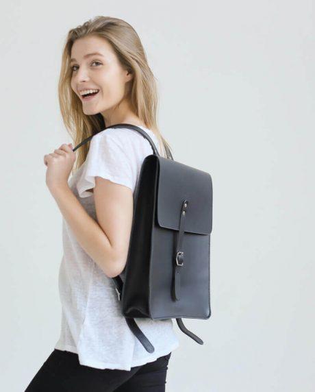 Duży czarny skórzany plecak na laptopa